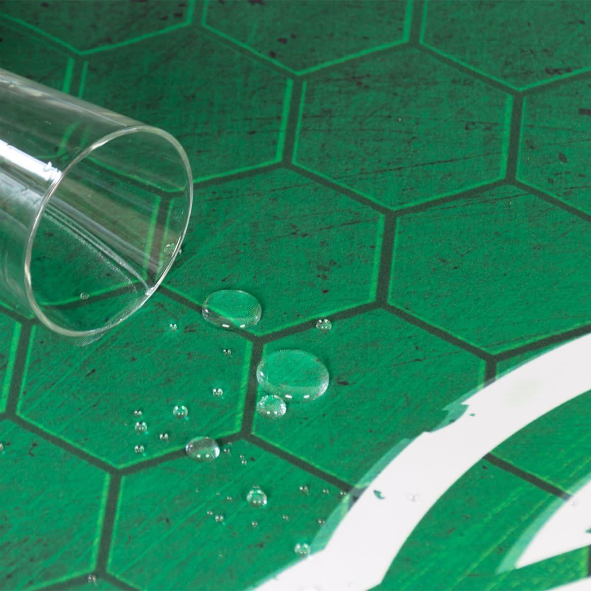 Wassertropfen mit Glas auf der Floormat